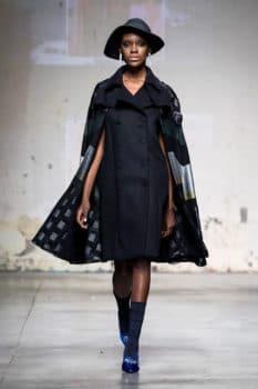 Altaroma 2020 donna sfila con abito corto nero, giacca e cappello presente Erboso abbigliamento multibrand San Cesareo Roma